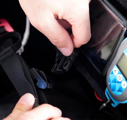 das Cockpit ist am Brustgurt mit einer Schnalle befestigt, die eine Winkeleinstellung ermöglicht